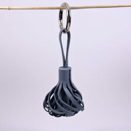 Pompon porte clef décoration sac main maroquinerie Lyon cuir bleu