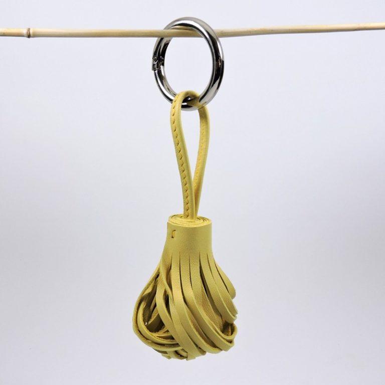 Pompon porte clef décoration sac main maroquinerie Lyon cuir jaune accessoire