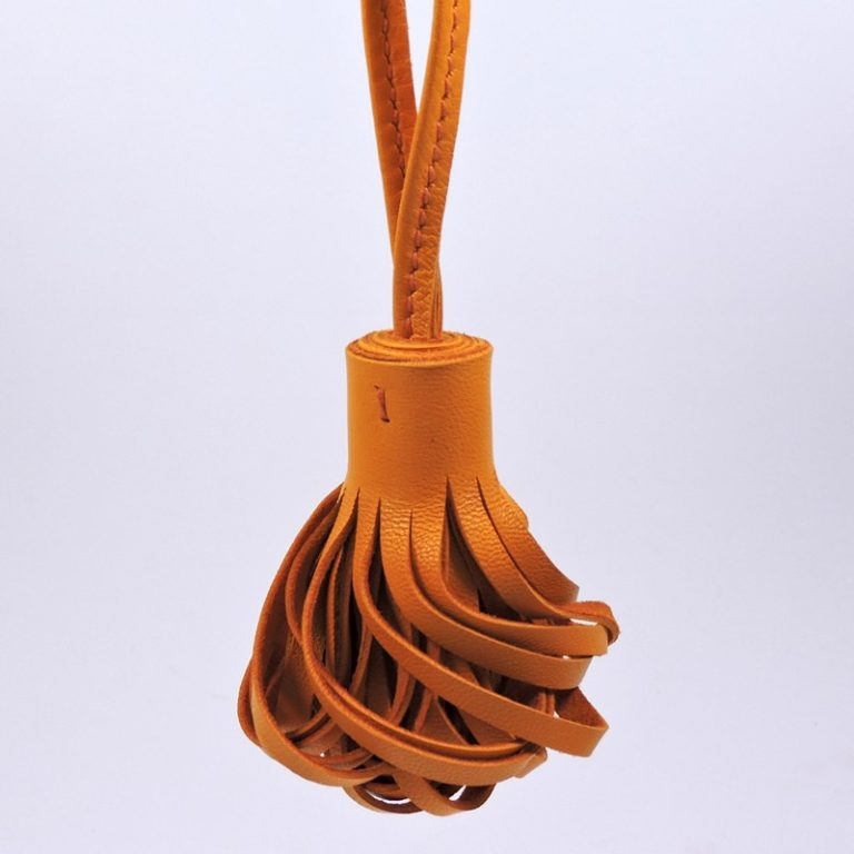Pompon porte clef décoration sac main maroquinerie Lyon cuir jaune orange accessoire