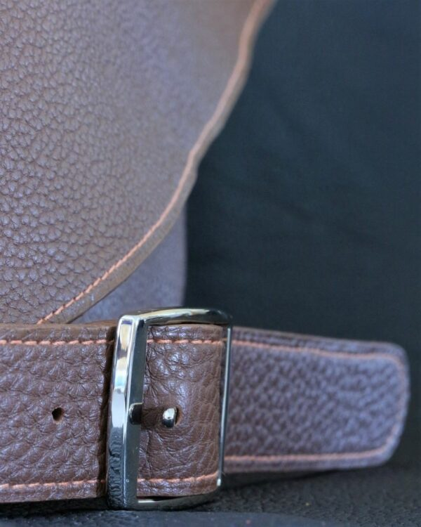 Sac à main en cuir marron grainé avec bandoulière et boucle de réglage