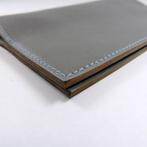 Protège chéquier cuir accessoire maroquinerie Lyon cuir gris homme