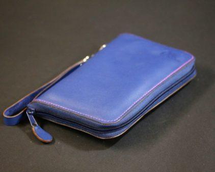 Compagnon cuir bleu sur mesure personnalisable maroquinerie accessoires cartes bancaire fidélités chéquier femme sac à main lyon ofilducuir