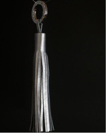 Pompon-cuir-gris-accessoire-maroquinerie-ofilducuir