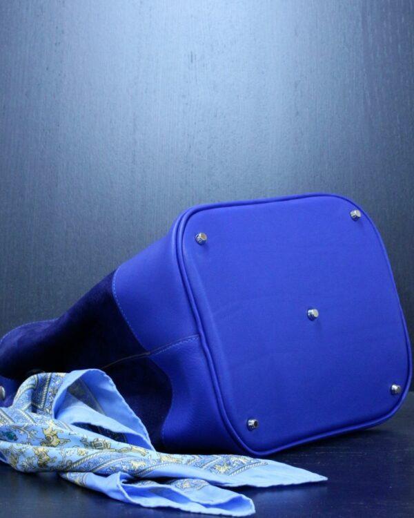 Sac à main en cuir bleu avec un fond rigide et clous de fond